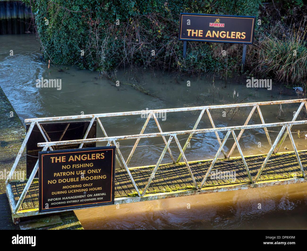 """""""The Anglers' Fuller's pub segno e segno di vietare la pesca sportiva accanto al fiume Tamigi a Teddington, Greater London Immagini Stock"""