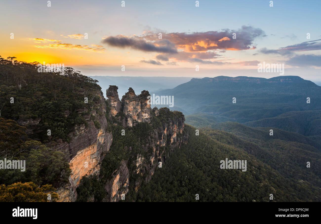 Sunrise oltre le tre sorelle formazione di roccia nella valle dal punto di eco, Blue Mountains, Australia Immagini Stock