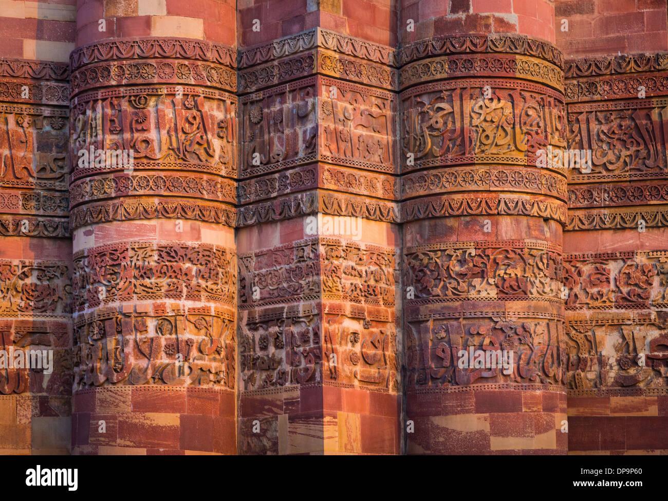 Qutub Minar (la Qutub Tower), noto anche come Qutb Minar e Qutab Minar, è il più alto minar (73 metri) in India Immagini Stock