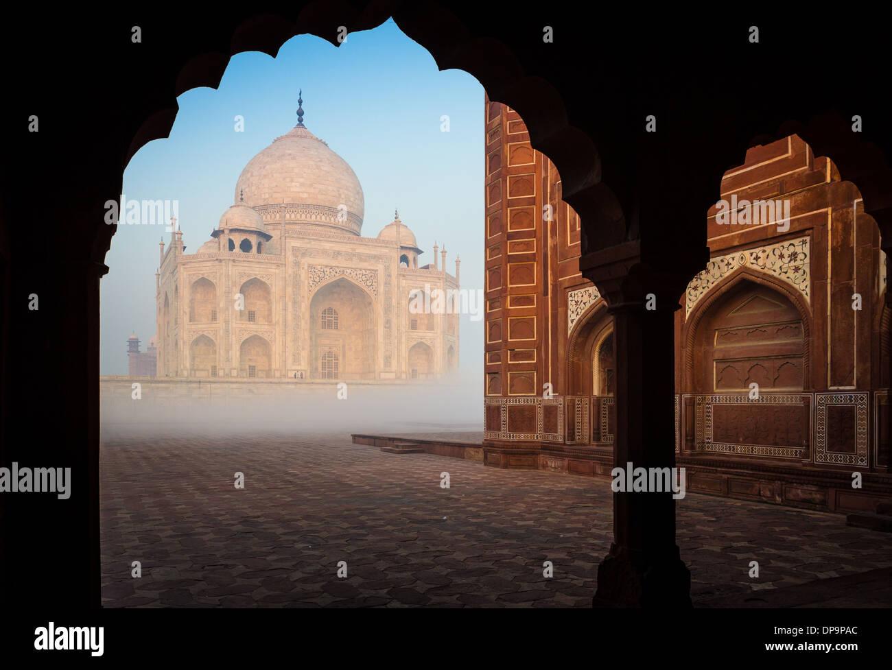 Il Taj Mahal è un marmo bianco mausoleo situato in Agra, Uttar Pradesh, India Foto Stock