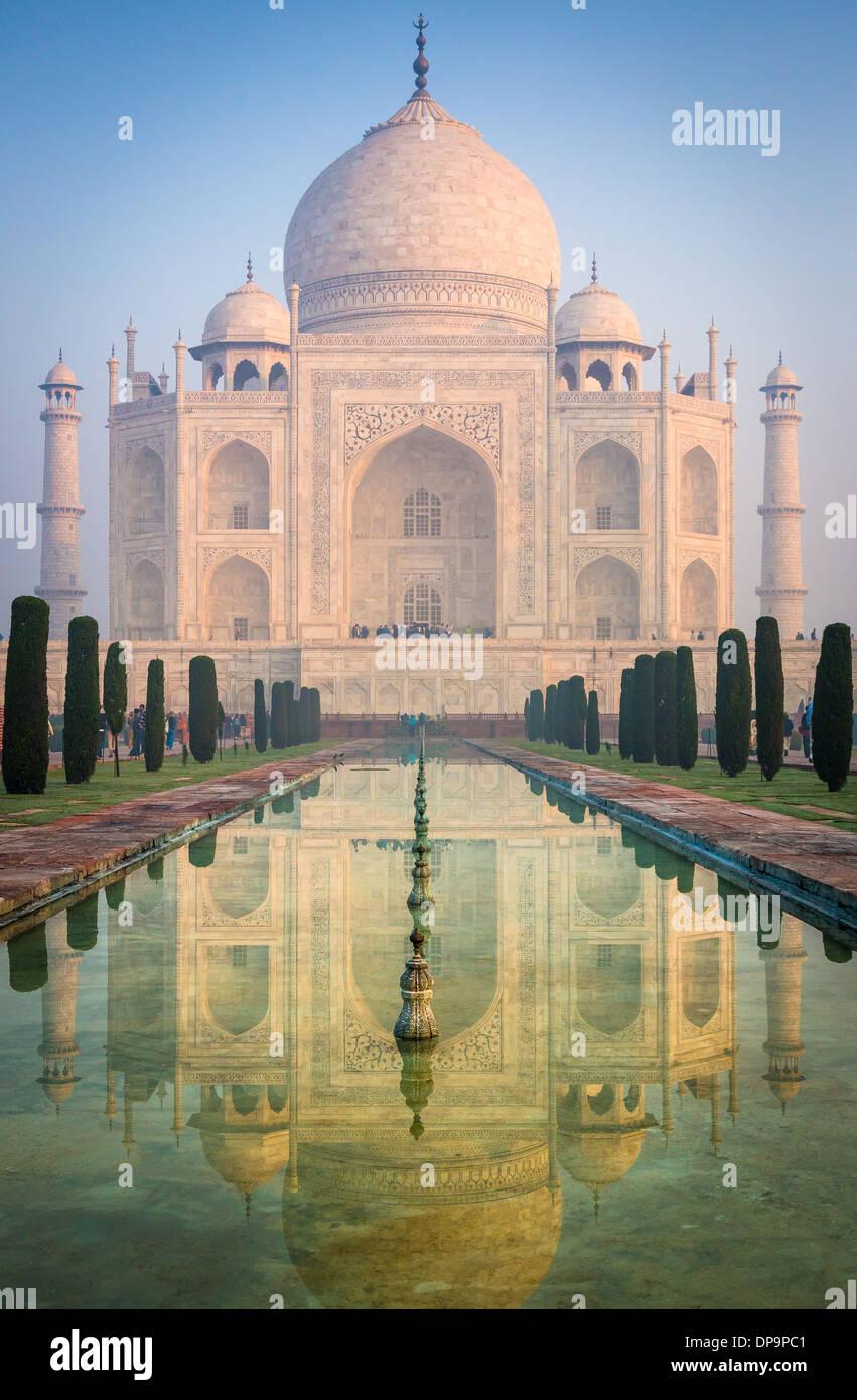 Il Taj Mahal è un marmo bianco mausoleo situato in Agra, Uttar Pradesh, India Immagini Stock