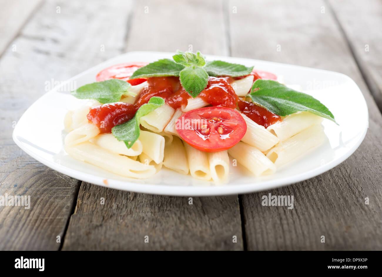 Pasta con le verdure su una tavola di legno Immagini Stock