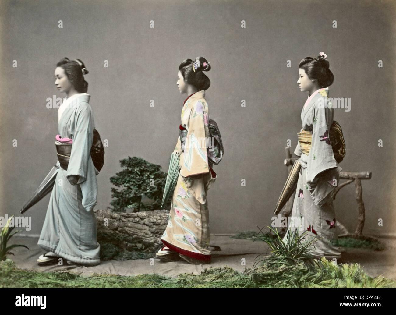 Geishe Con Ombrelloni E Infissi Di Obi Giappone Foto Immagine