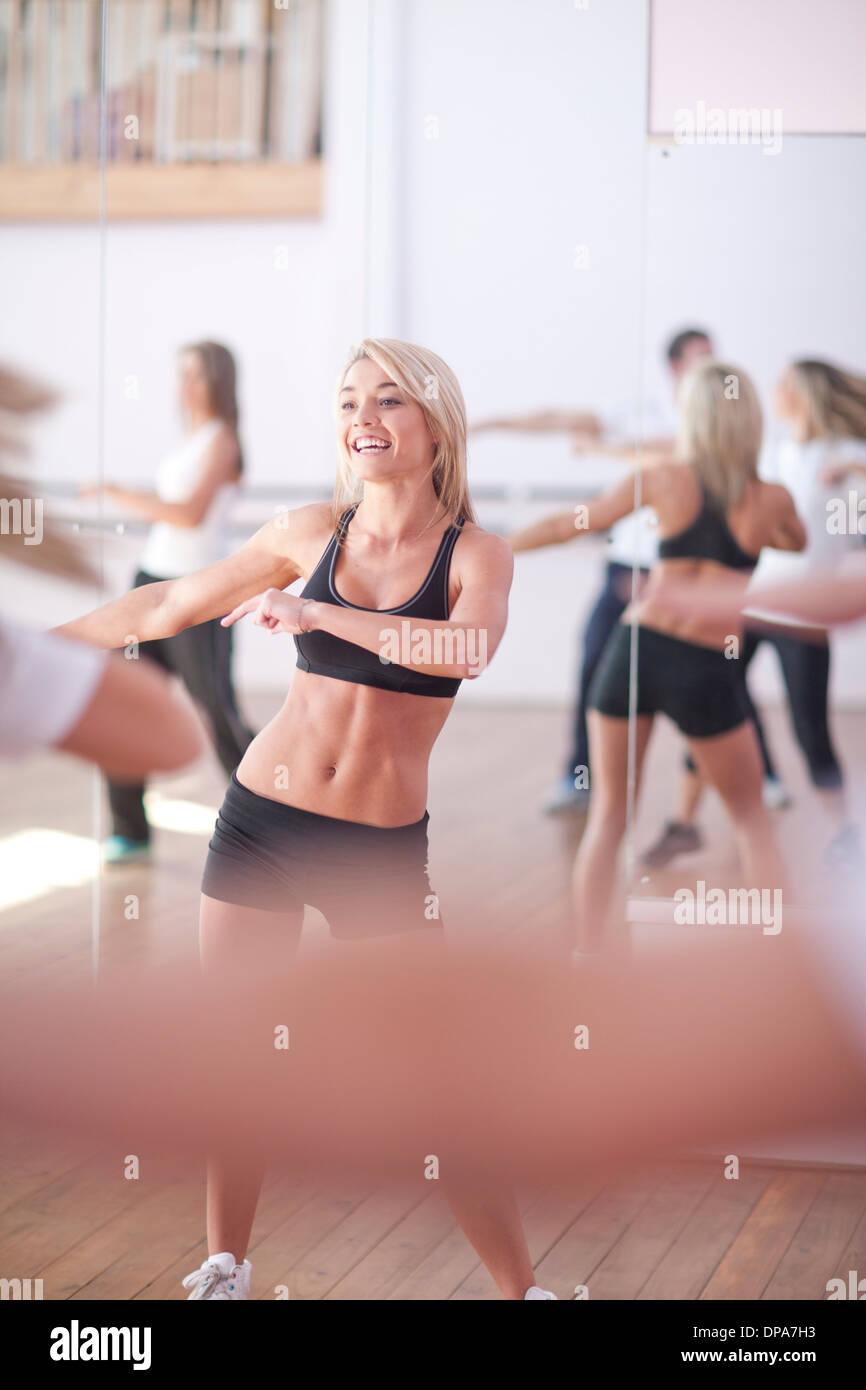 Piccolo gruppo godendo di classe di aerobica Immagini Stock
