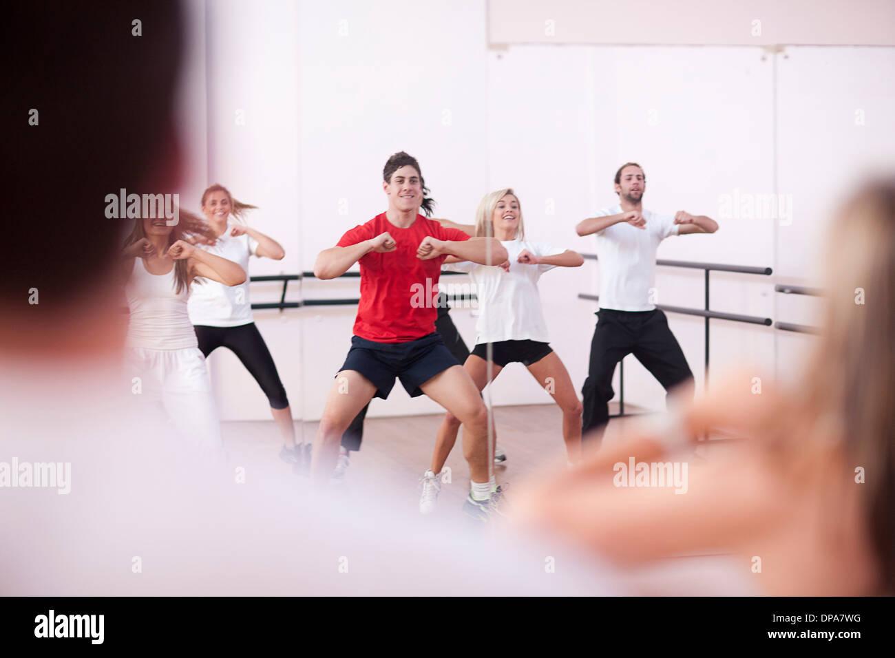 Classe facendo aerobica in palestra Immagini Stock