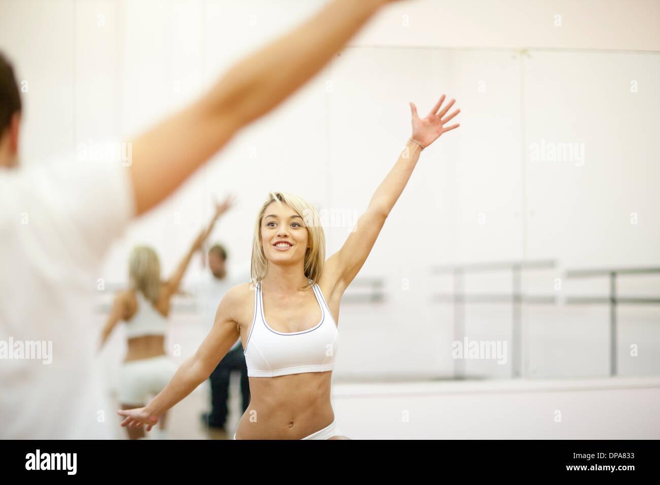 Giovane donna allenamento aerobico in palestra Immagini Stock