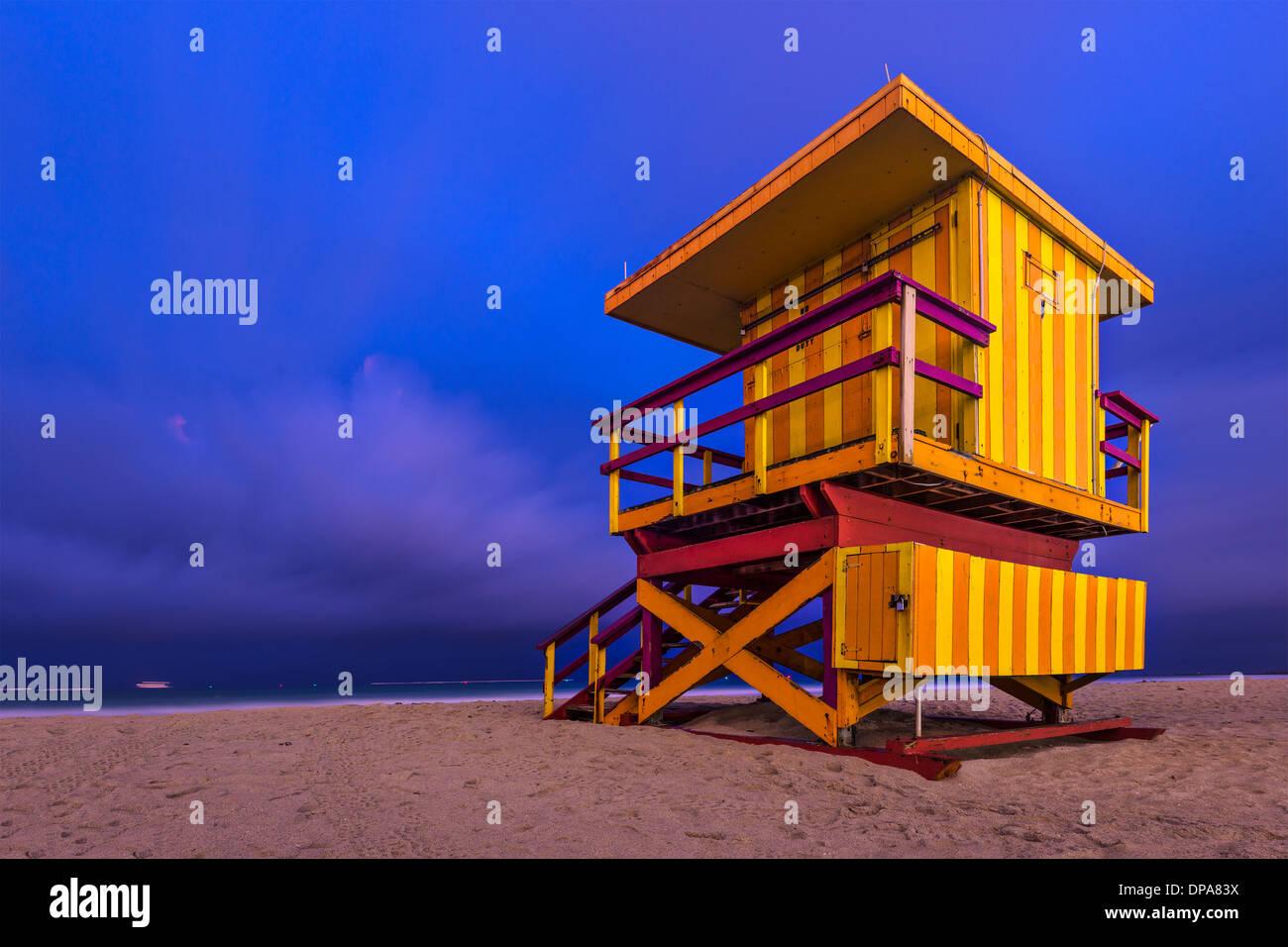 South Beach, Miami, Florida, Stati Uniti d'America lifeguard post al crepuscolo. Immagini Stock