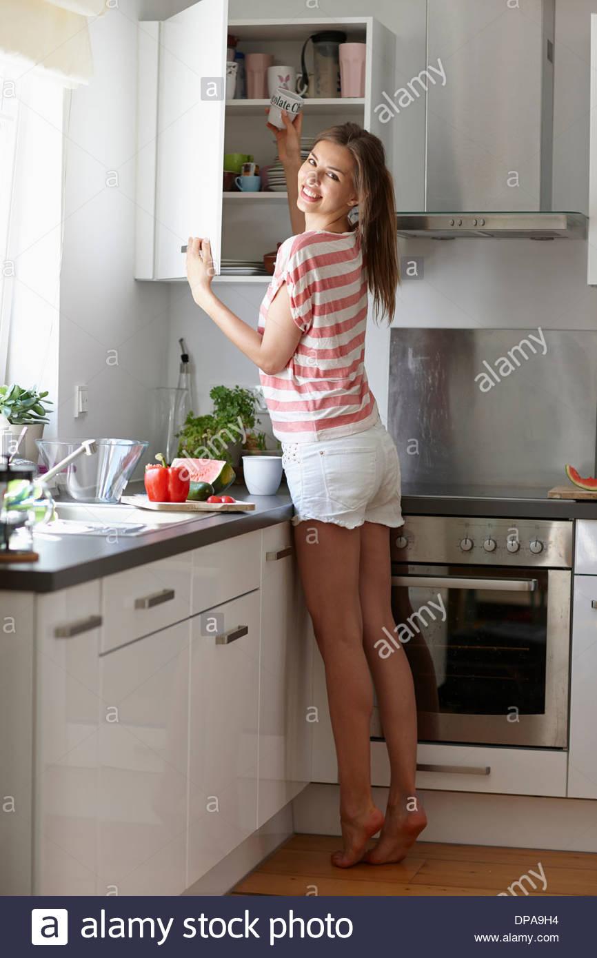 Donna prendendo la tazza di gabinetto Foto Stock