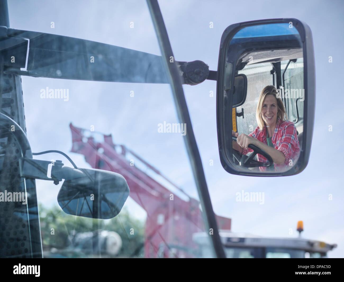 Femmina di agricoltore e la riflessione in specchietto retrovisore Immagini Stock