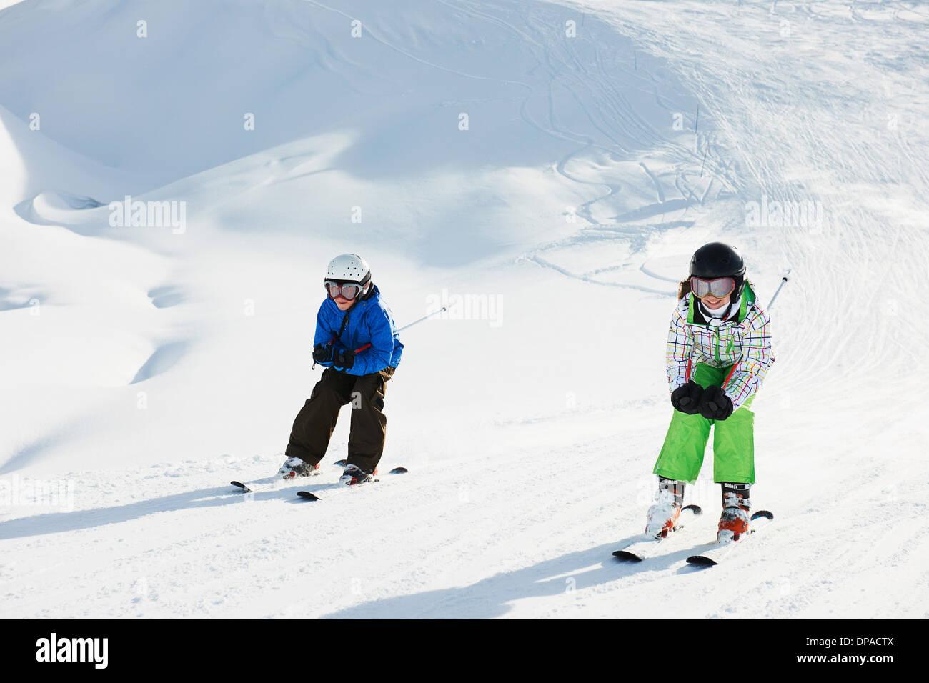 Fratello e Sorella di sci, Les Arcs, Alta Savoia, Francia Immagini Stock