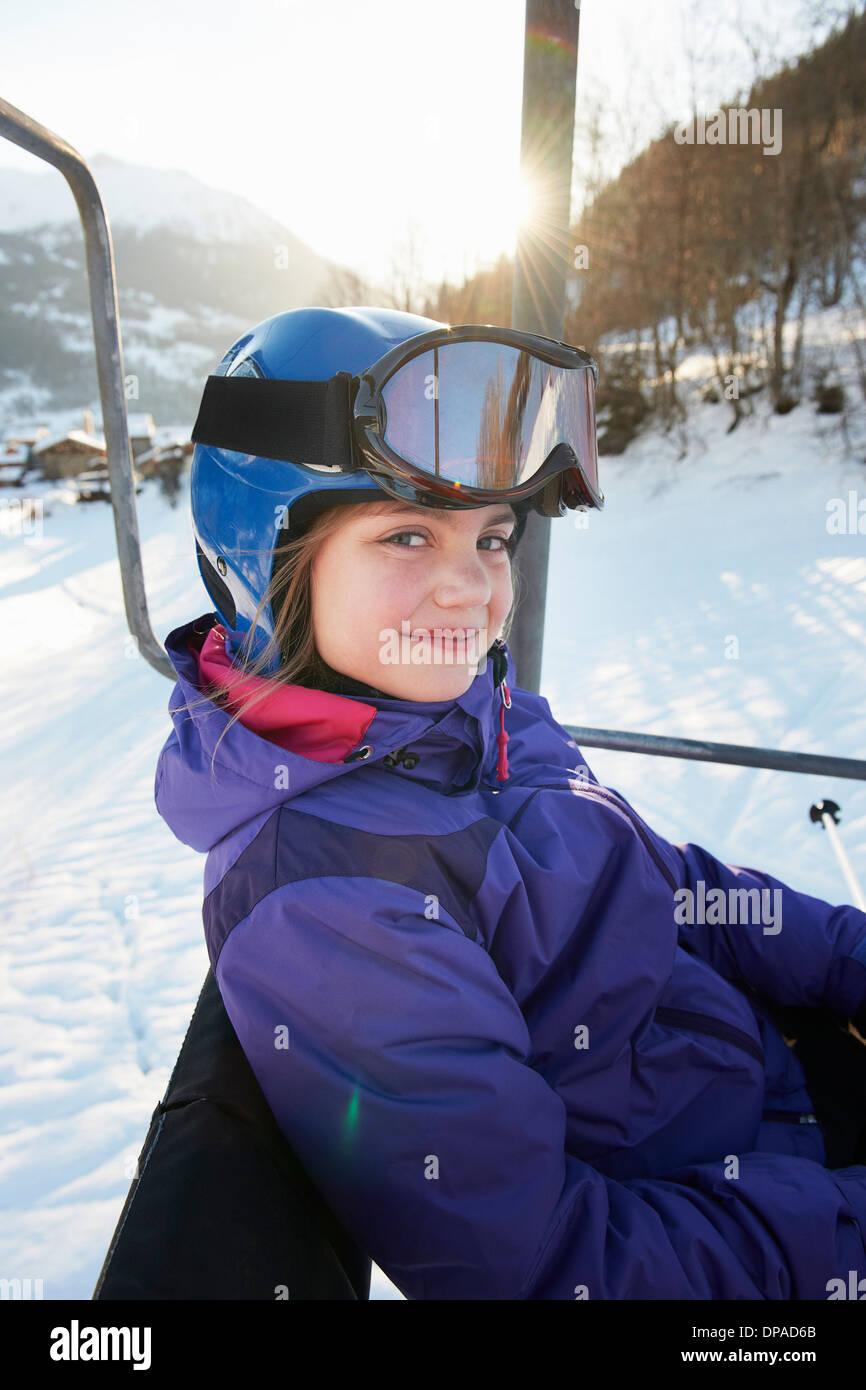 Ragazza giovane ski lift, Villaroger, Alta Savoia, Francia Immagini Stock
