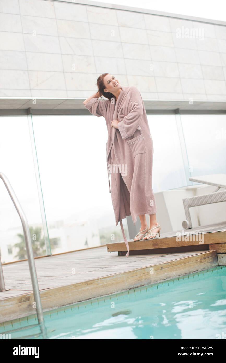 Donna che indossa accappatoio al hotel piscina Immagini Stock