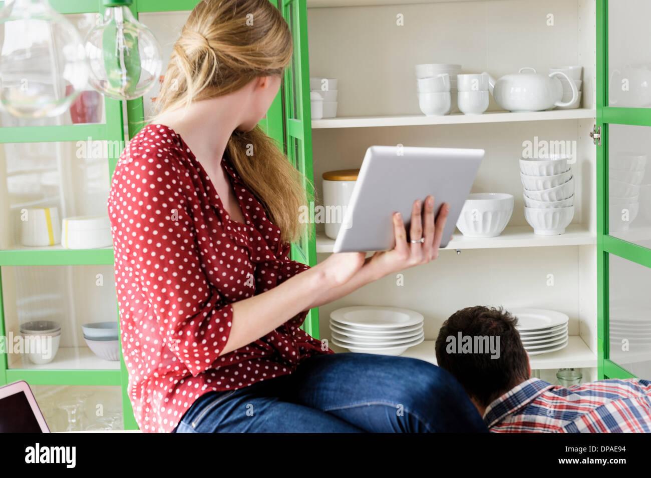 Ragazza con tavoletta digitale cercando lateralmente Immagini Stock