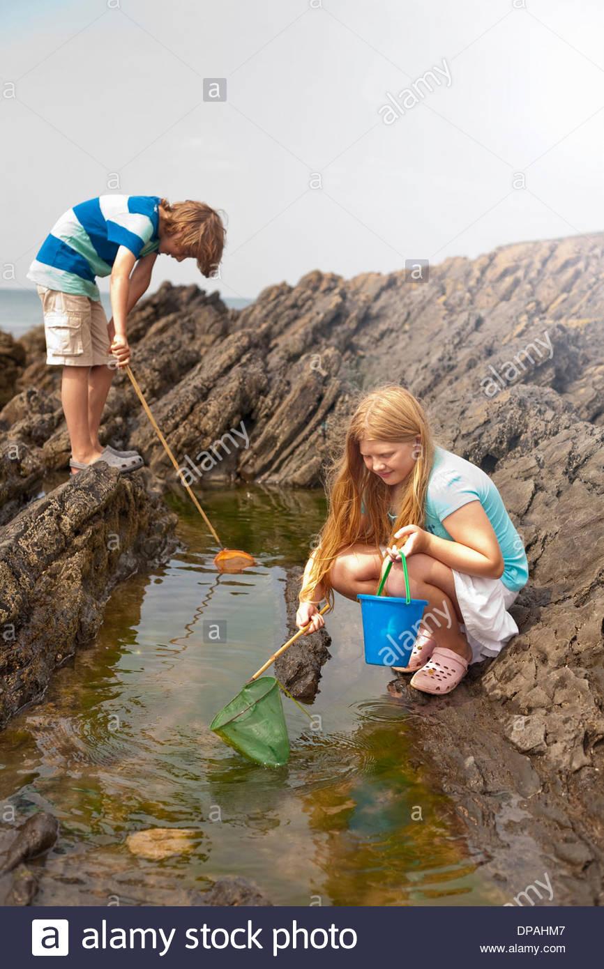 Due adolescenti il pooling di roccia Immagini Stock