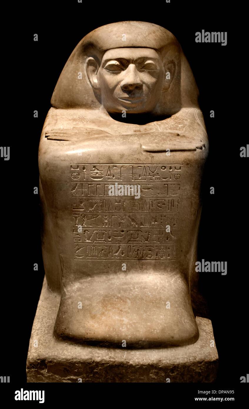 Accovacciato man (statua registrato cubi) offrendo il re il beneficio di un dipendente nominato Abydos Egitto 1790-1700 A.C. Immagini Stock
