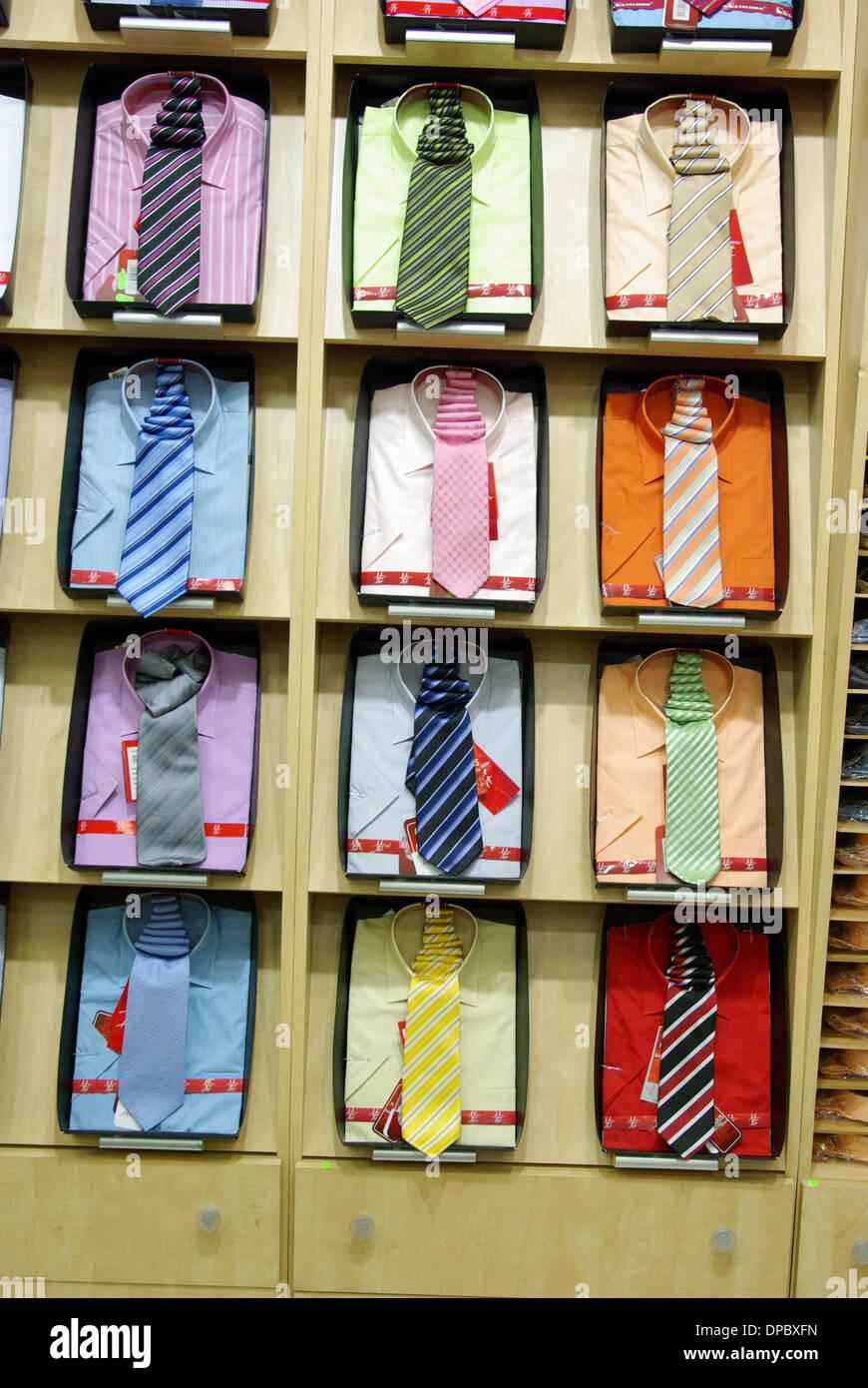 Magliette colorate con cravatta in un negozio. Immagini Stock