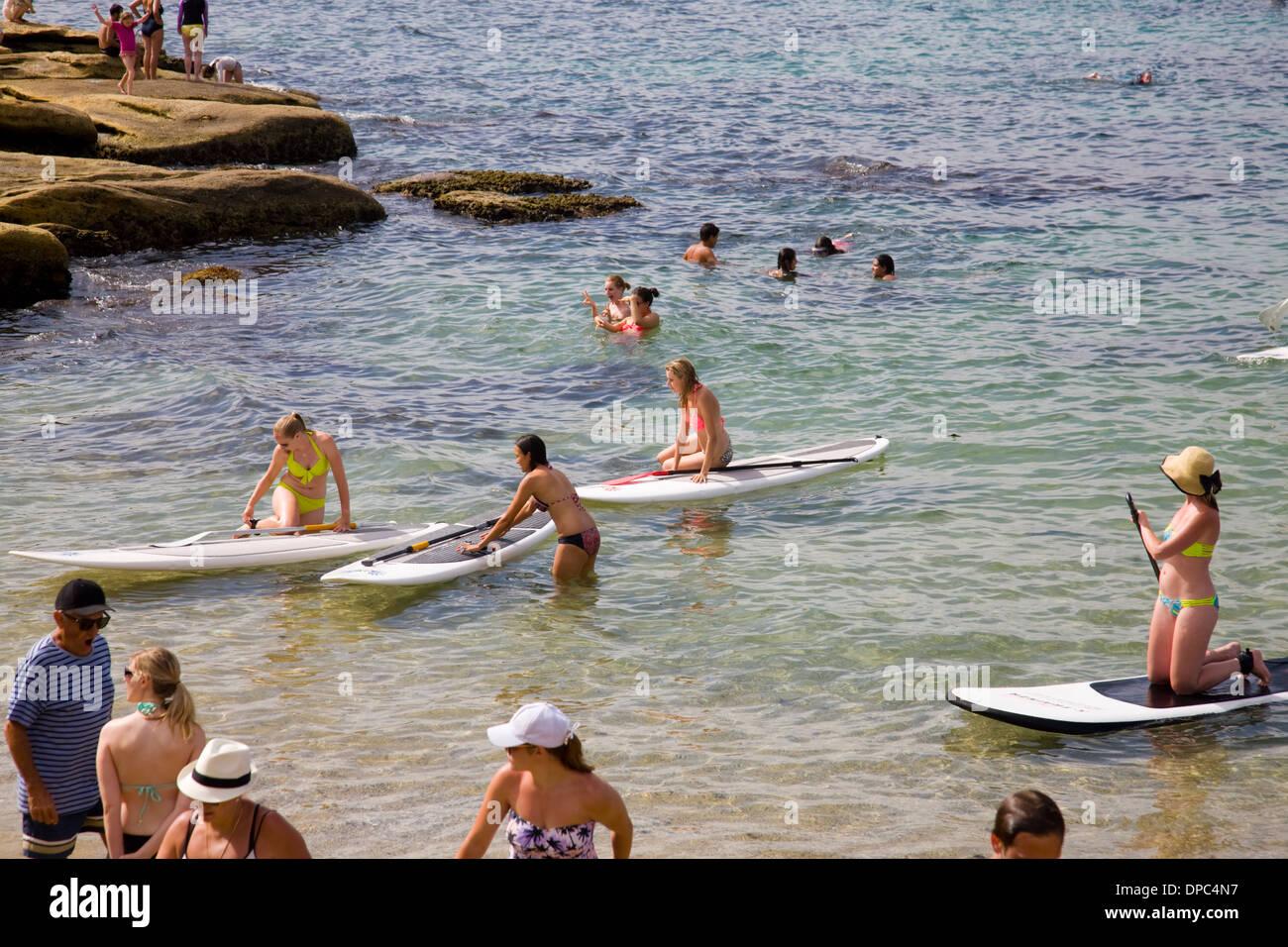 Imparare a paddleboard alla Fairy Bower,Mnaly,Sydney , Australia Immagini Stock