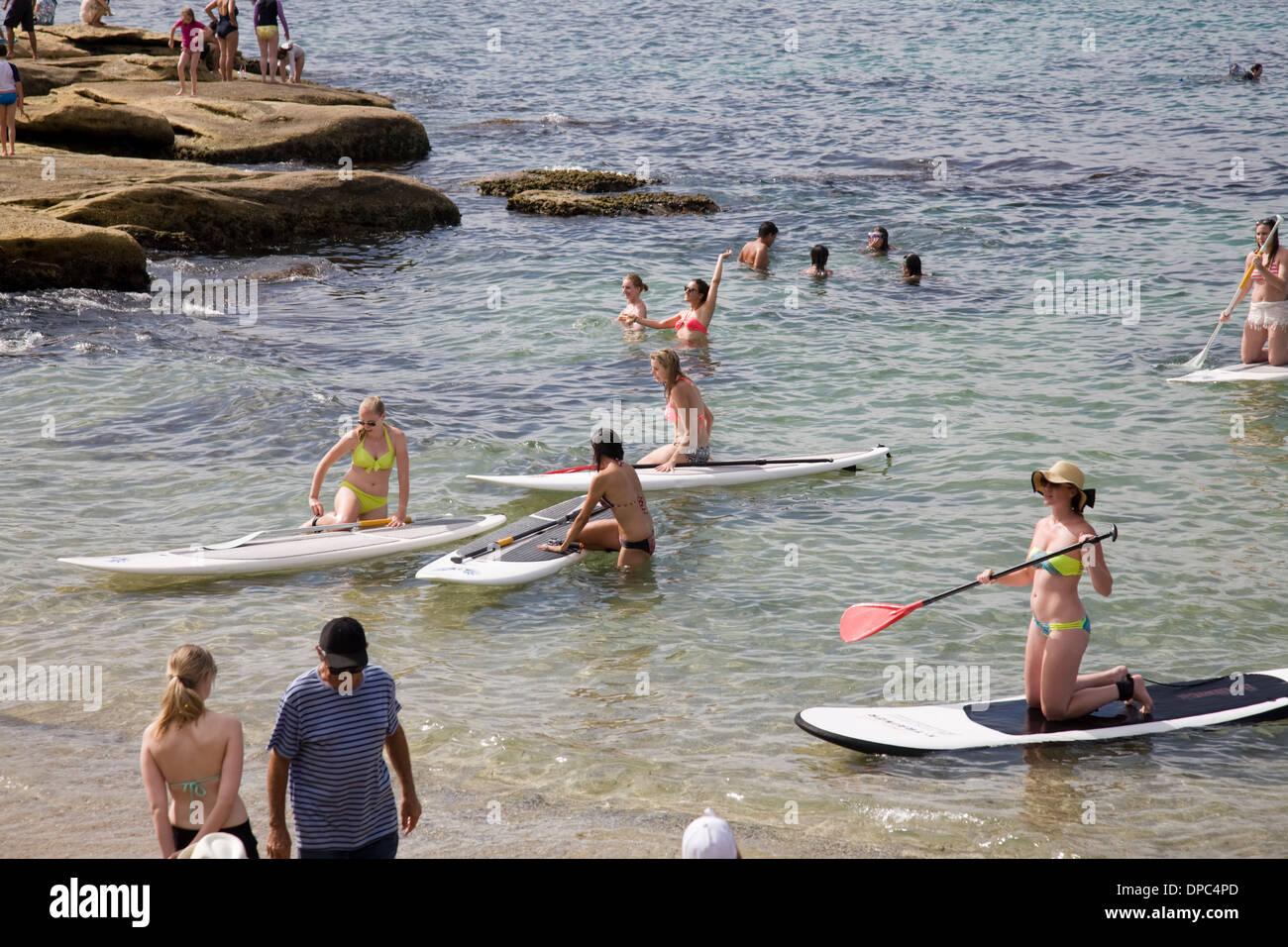 Imparare a paddleboard alla Fairy Bower,Manly,Sydney , Australia Immagini Stock