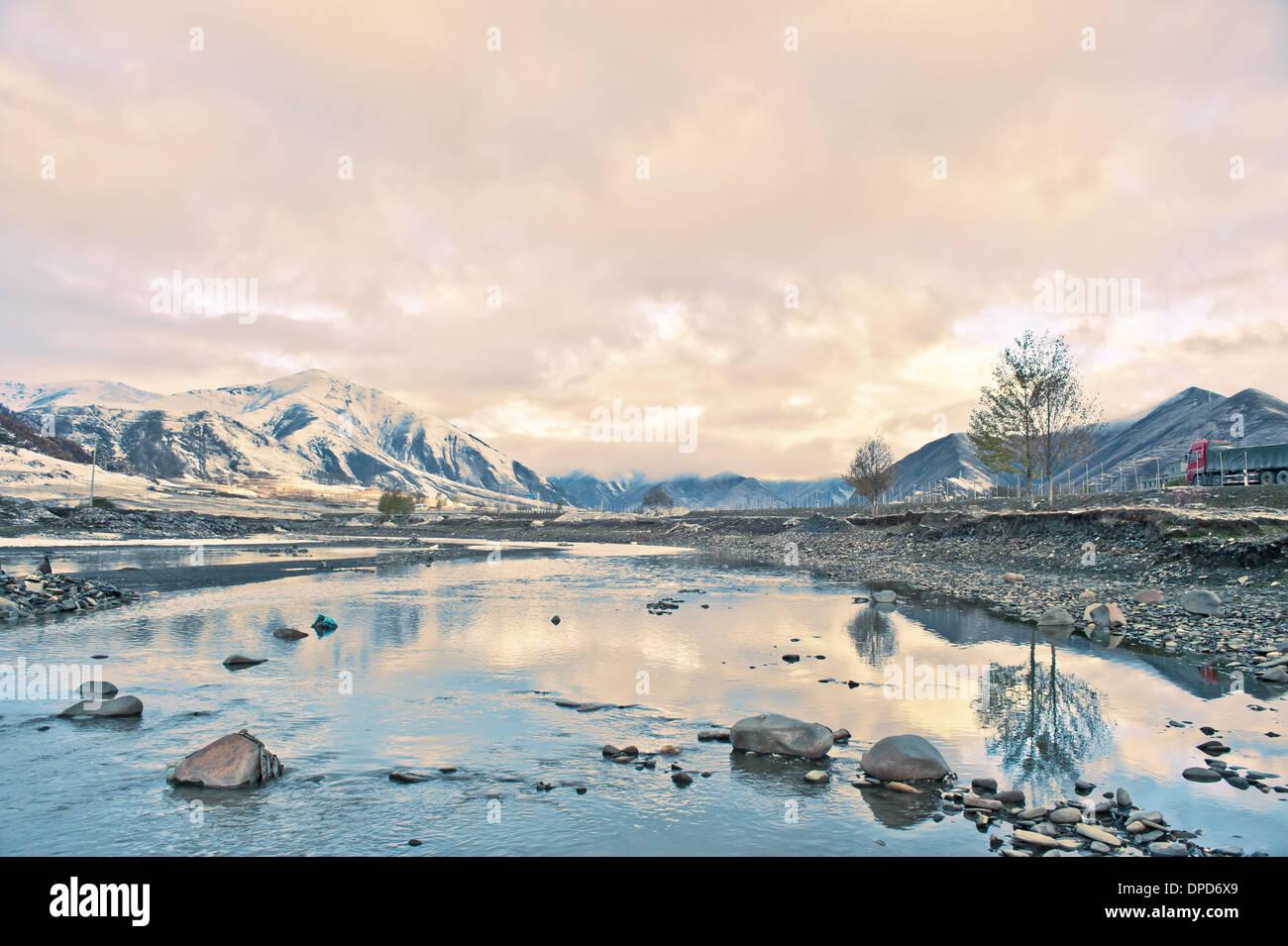 La Cina del Tibet autostrada neve sotto la vettura sullo sfondo Immagini Stock