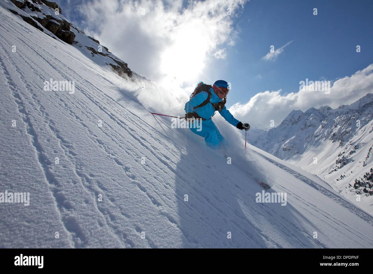 Donna sci fuori pista in Kuhtai , Tirolo, Austria Immagini Stock