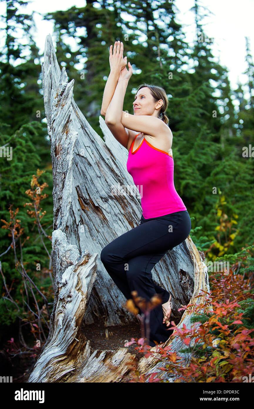Donna fare yoga, Bellingham, Washington, Stati Uniti d'America Immagini Stock