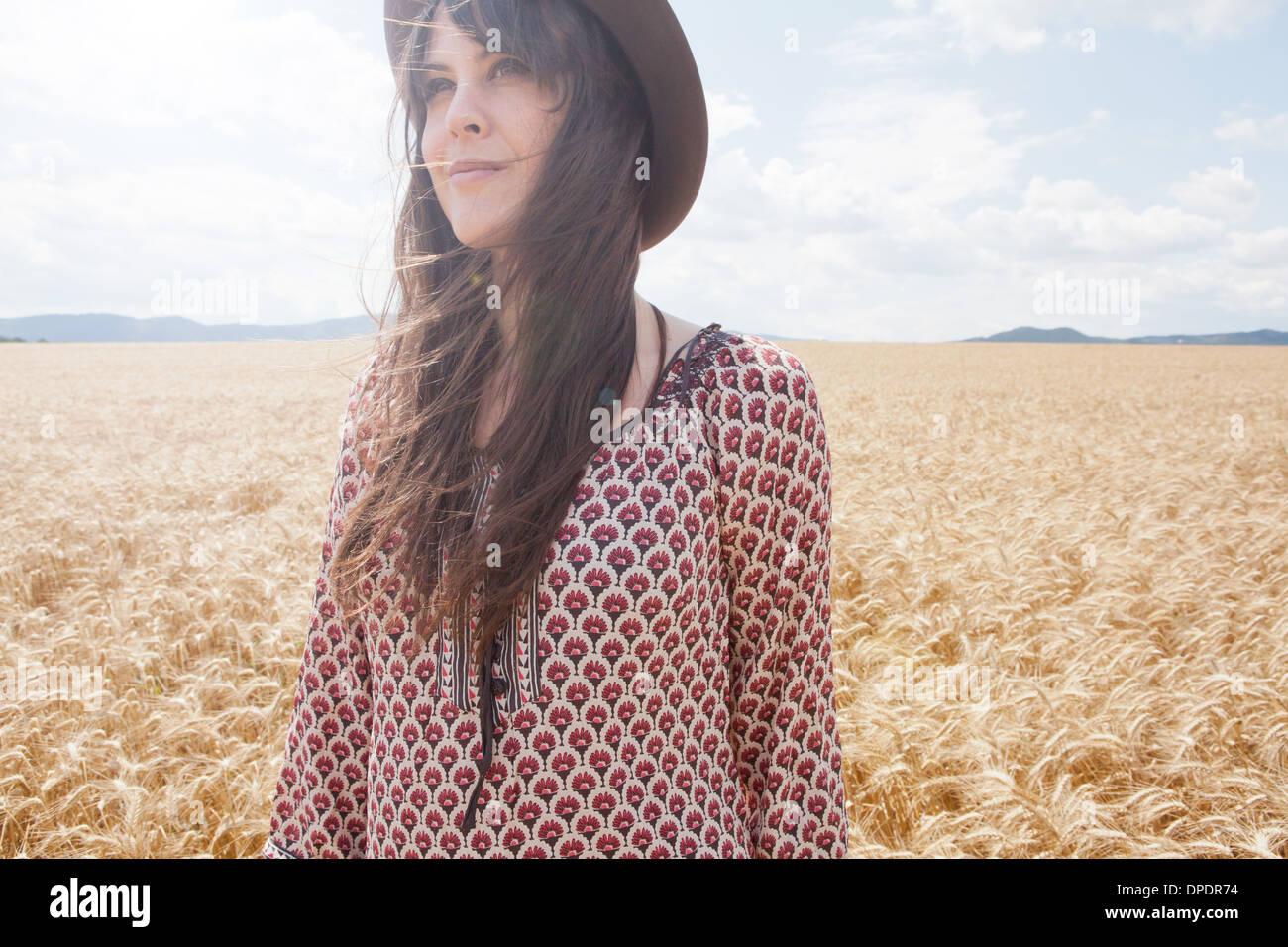 Metà donna adulta in piedi nel campo di grano Immagini Stock