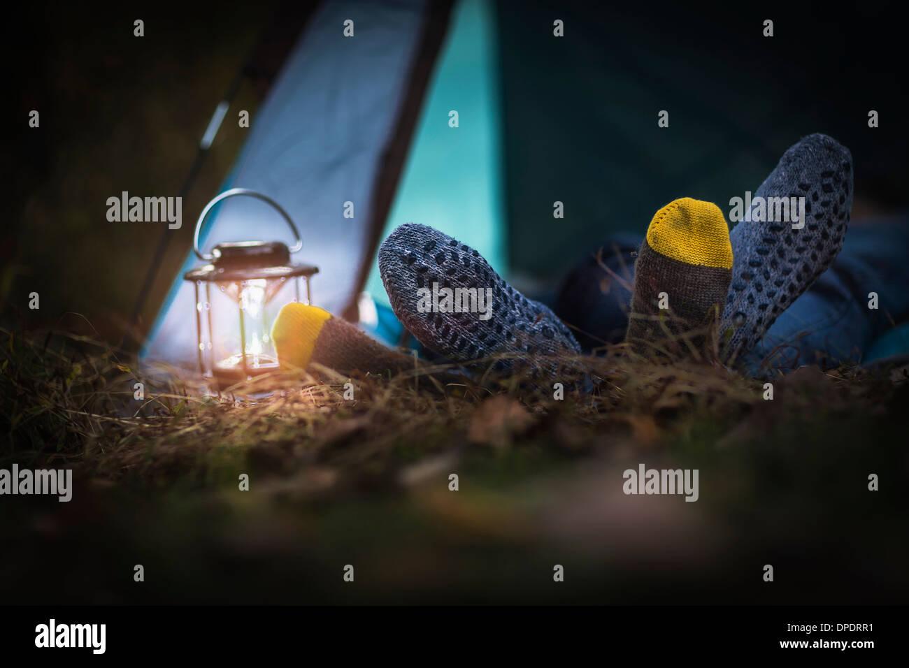 Coppia giacendo in tenda - piedi insieme Immagini Stock