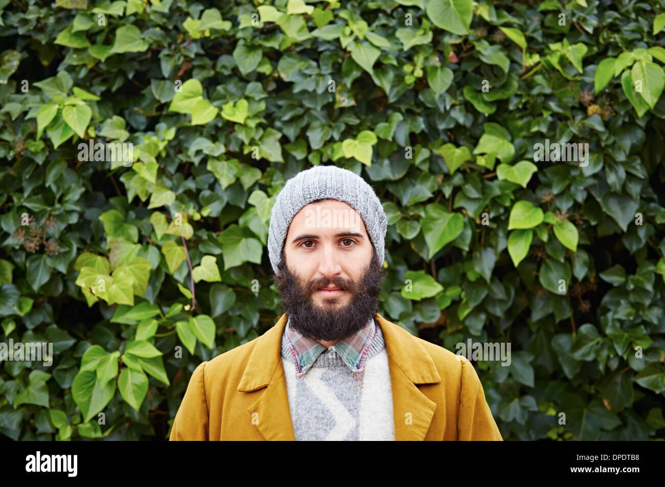 Sorridente hipster barbuto studente maschio in abiti vintage Immagini Stock
