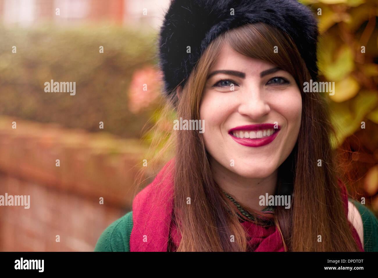 Ritratto di giovane donna che indossa abiti invernali Immagini Stock