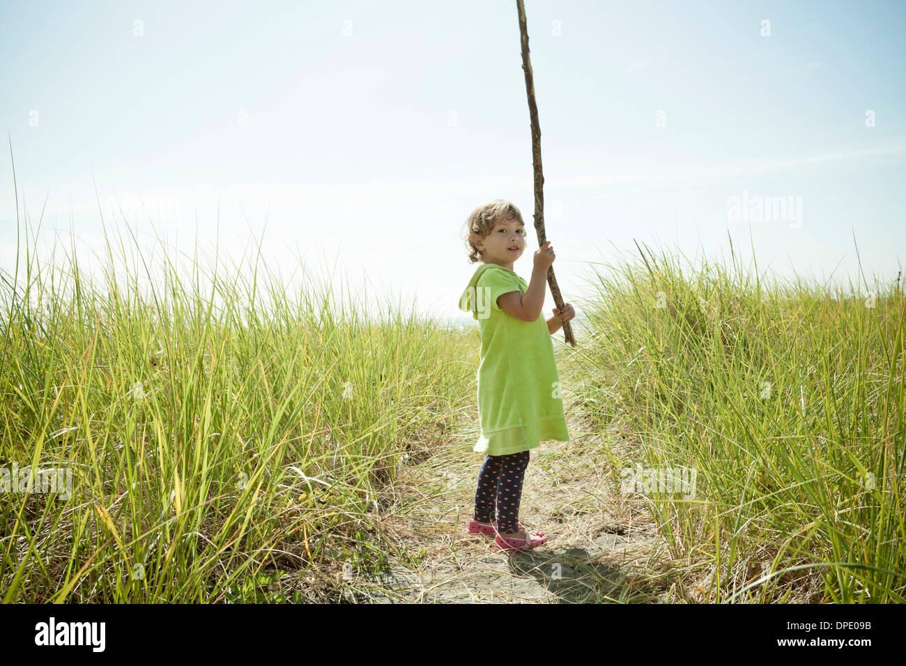 Ritratto di donna toddler holding lungo bastone Immagini Stock