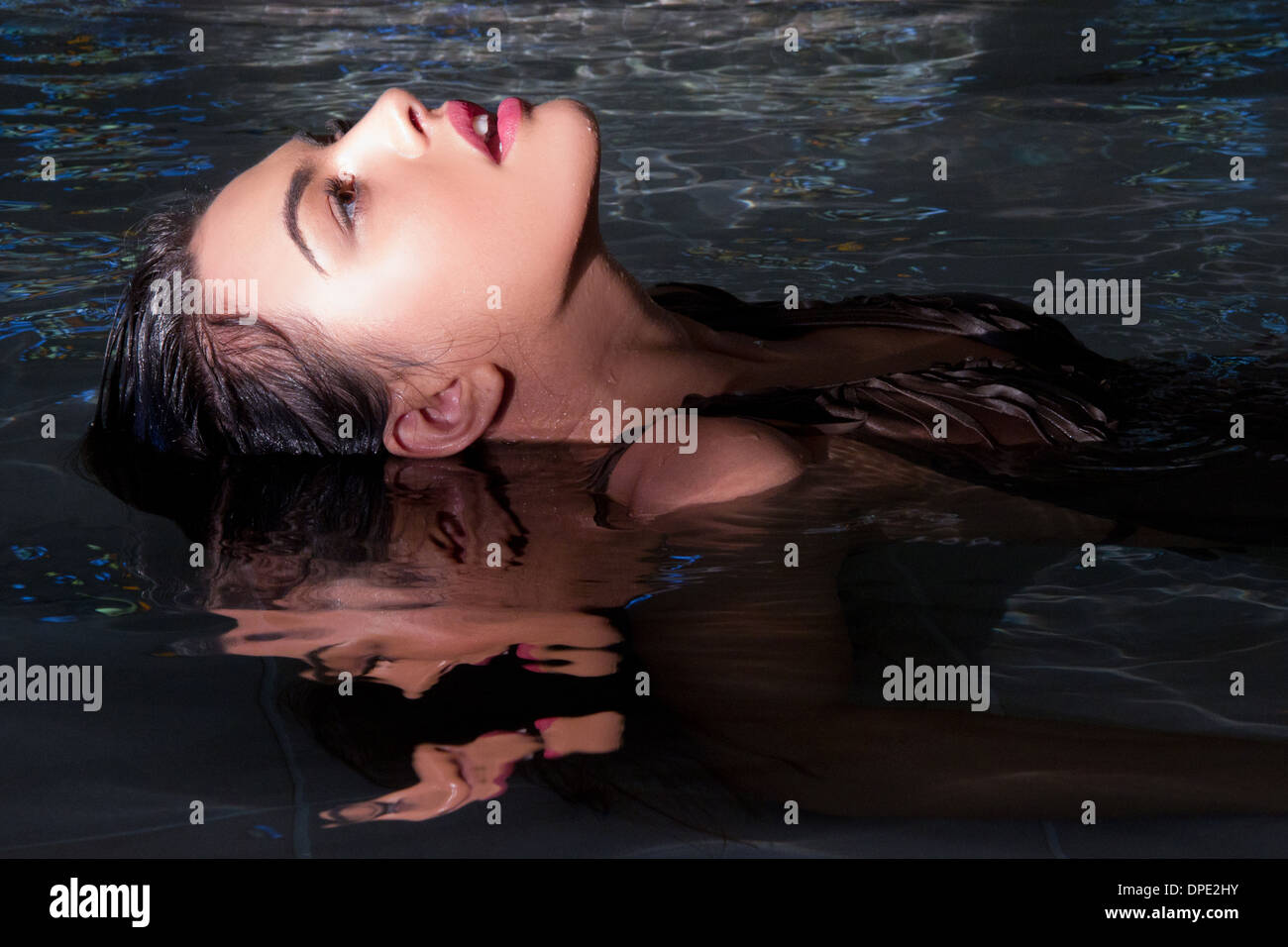 Giovane donna rilassante in piscina termale Immagini Stock