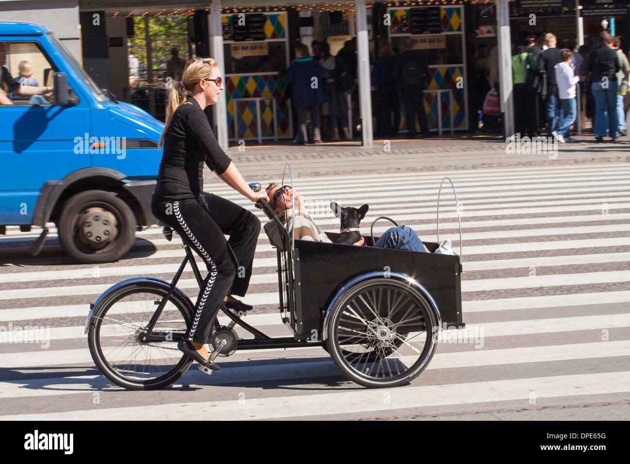 Danimarca Copenaghen Giovane Donna In Sella Ad Una Bicicletta
