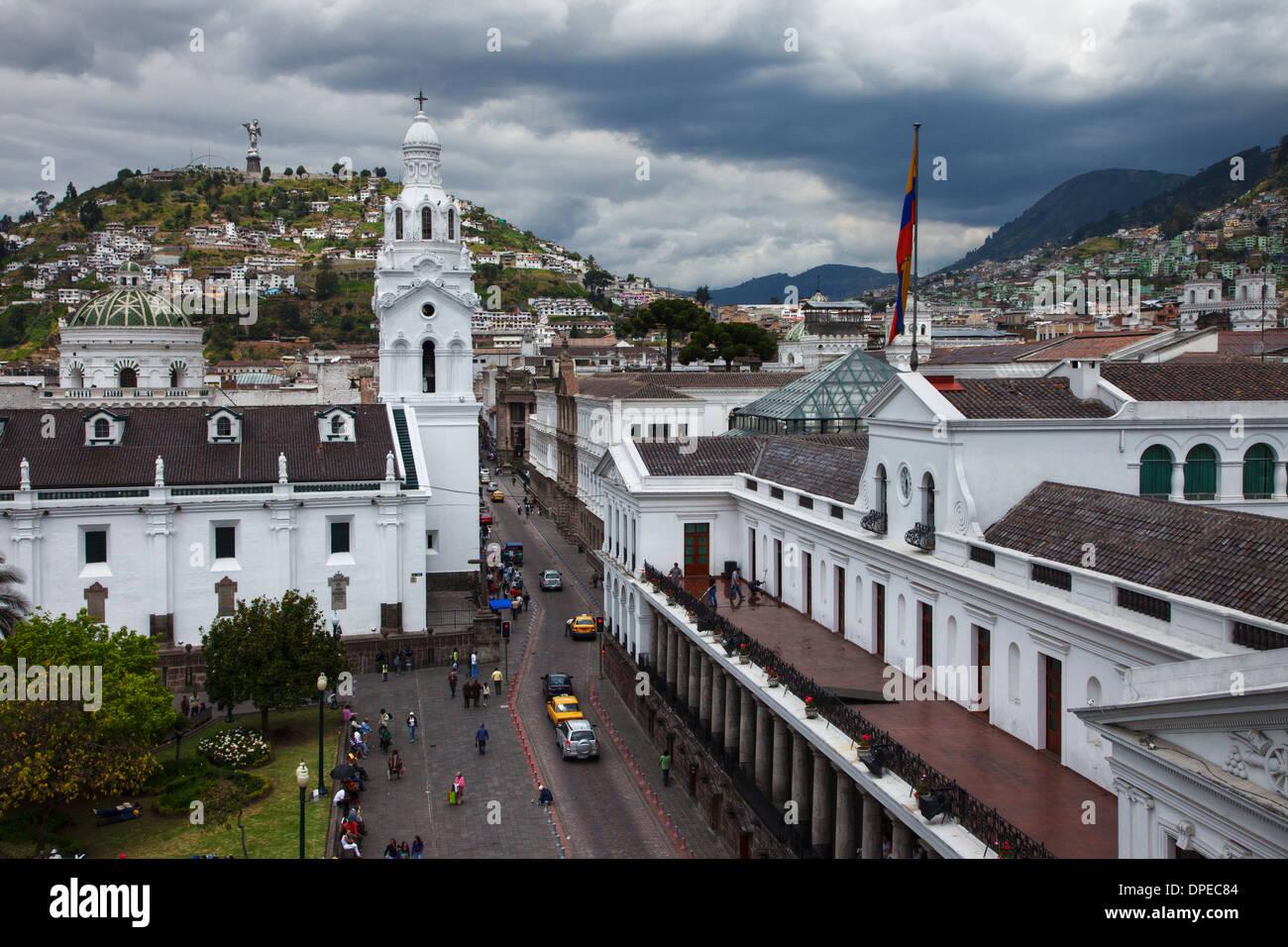 Cattedrale di Quito guardando verso Panecilllo Hill, Quito Ecuador Immagini Stock