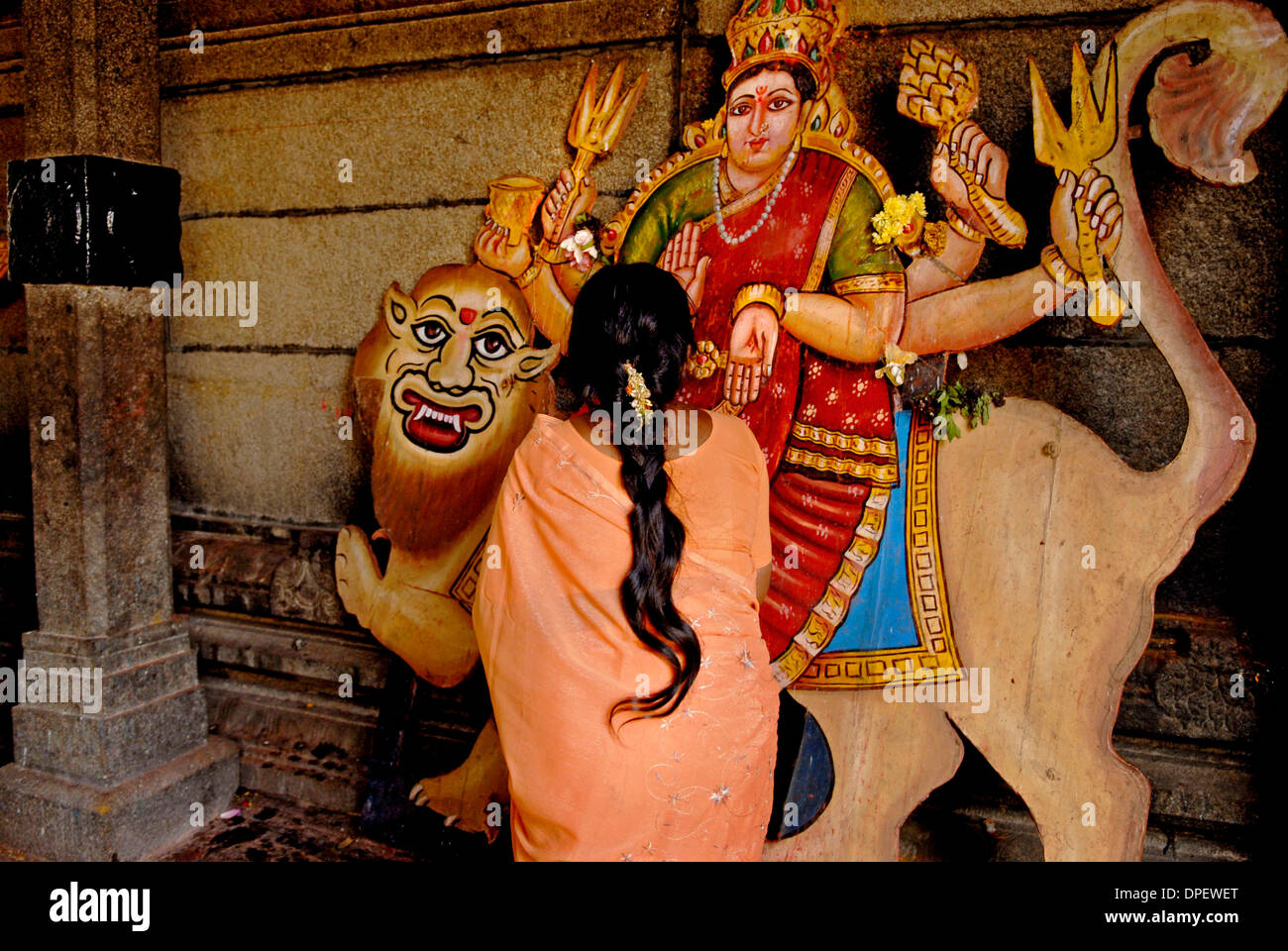 Ottobre 07, 2006 - Bangalore, Karnataka, India - Una donna Indù onora la Durga Puja a un tempio a Bangalore in India. Durga significa letteralmente il rimovitore di miserie della vita. Donne .pregare la suprema dea madre Durga, che racchiude tutta la potenza dell'universo per alleviare le loro difficoltà nelle leggi della natura. Essi pregano per la ricchezza, buon auspicio, la prosperità e la conoscenza e l'ot Immagini Stock