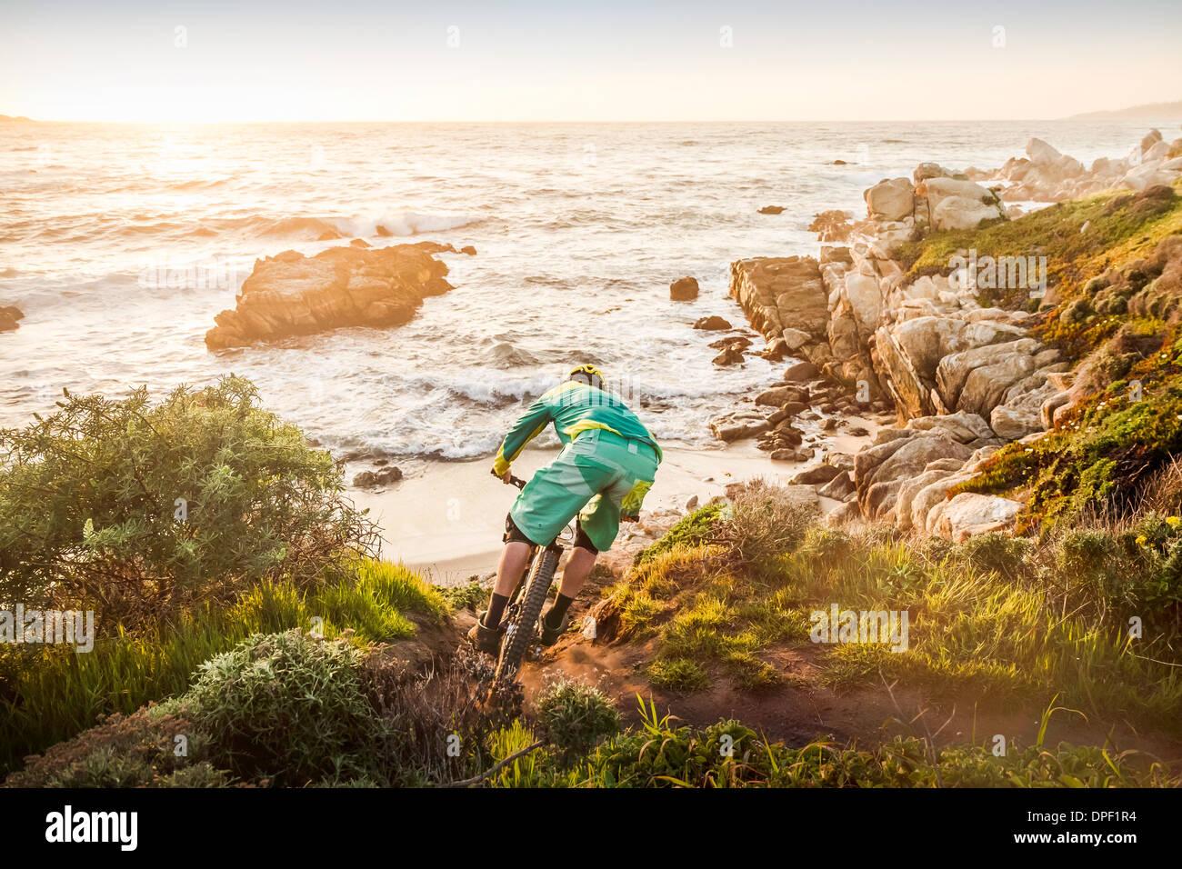 Mountain Biker sposta in basso il sentiero costiero, Monterey Bay Area, California, Stati Uniti d'America Immagini Stock