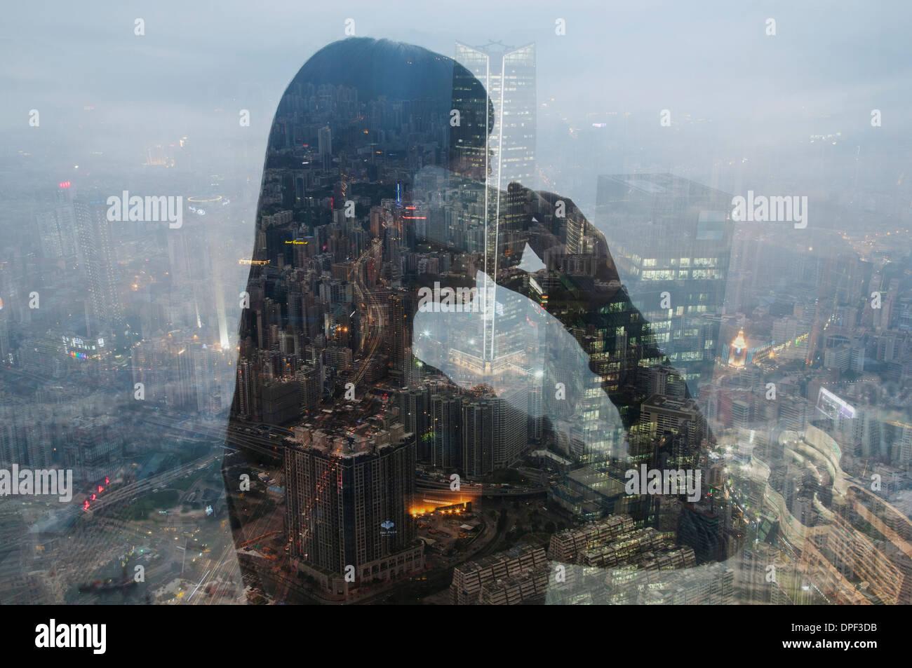 Imprenditrice utilizza lo smartphone e Hong Kong cityscape, immagine composita Immagini Stock