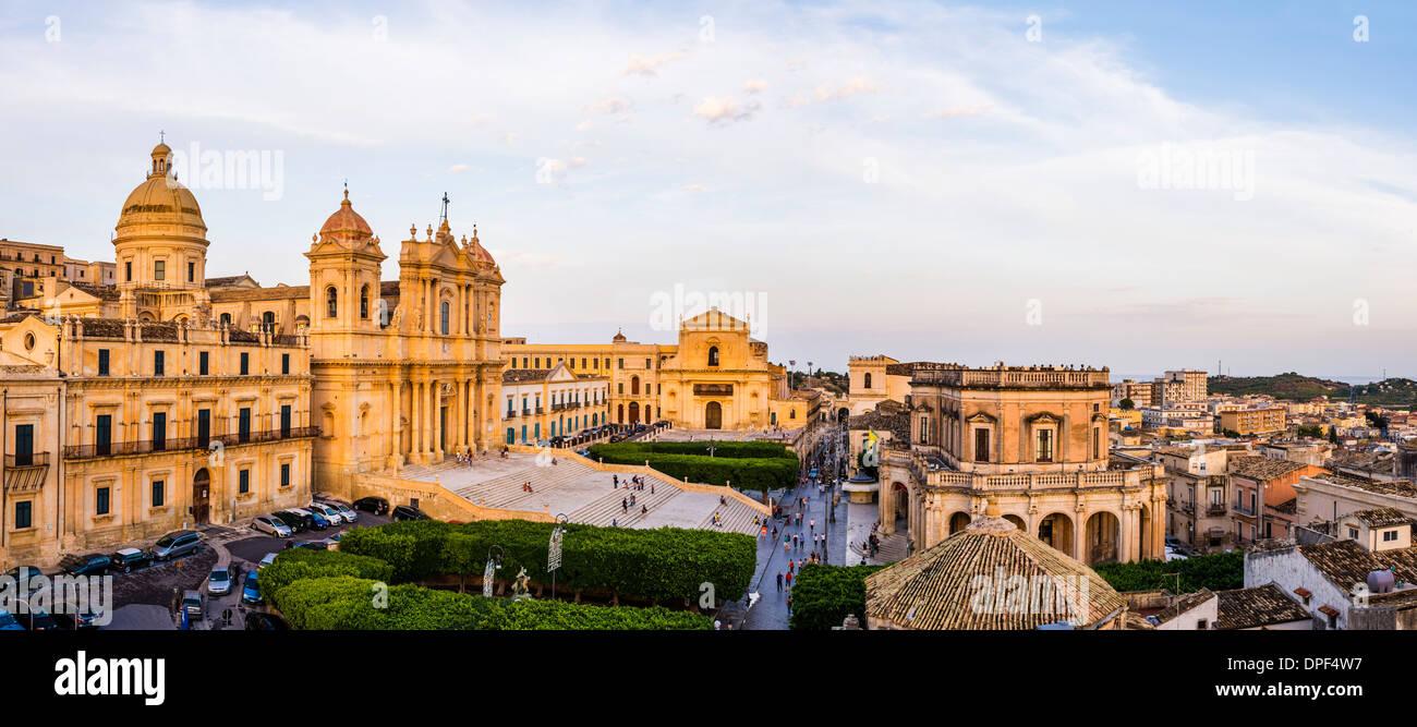 La Cattedrale di San Nicola, Chiesa di San Salvatore e il Municipio, la Piazza del Municipio, Noto, sito UNESCO, Sicilia, Italia Immagini Stock