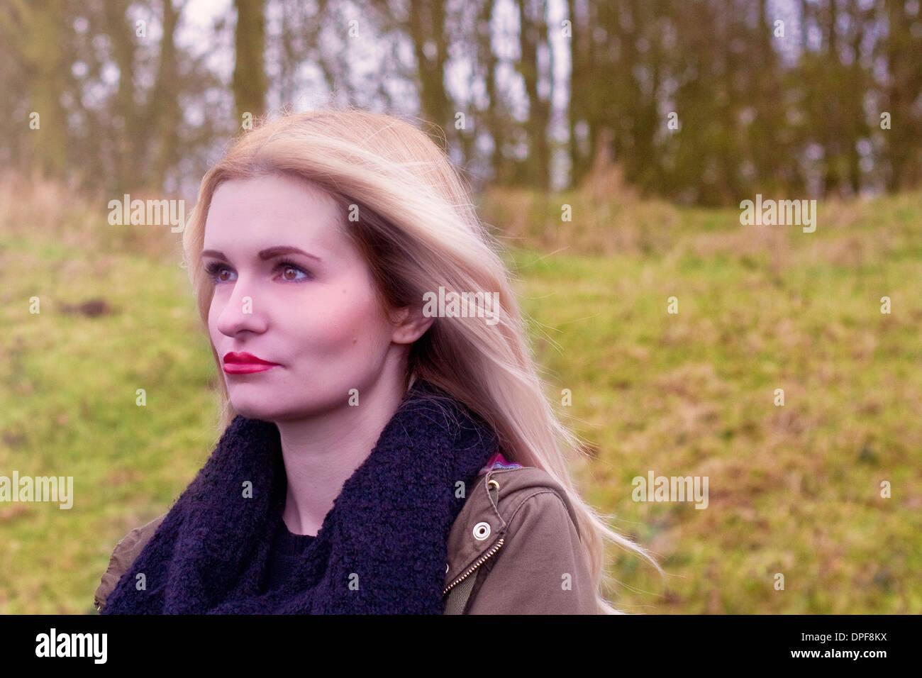 Ritratto di triste giovane donna all'aperto Immagini Stock