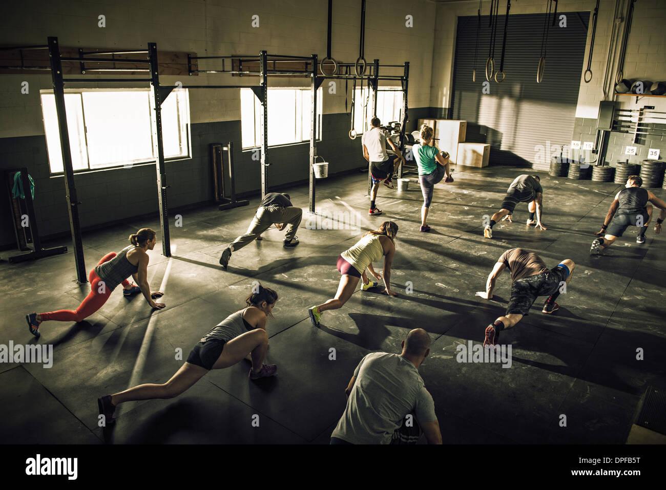 Lezione di fitness training e stretching insieme in palestra Immagini Stock