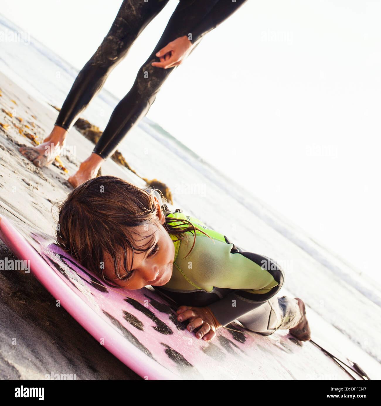 Padre e figlia di apprendimento sul surf beach, Encinitas, CALIFORNIA, STATI UNITI D'AMERICA Immagini Stock