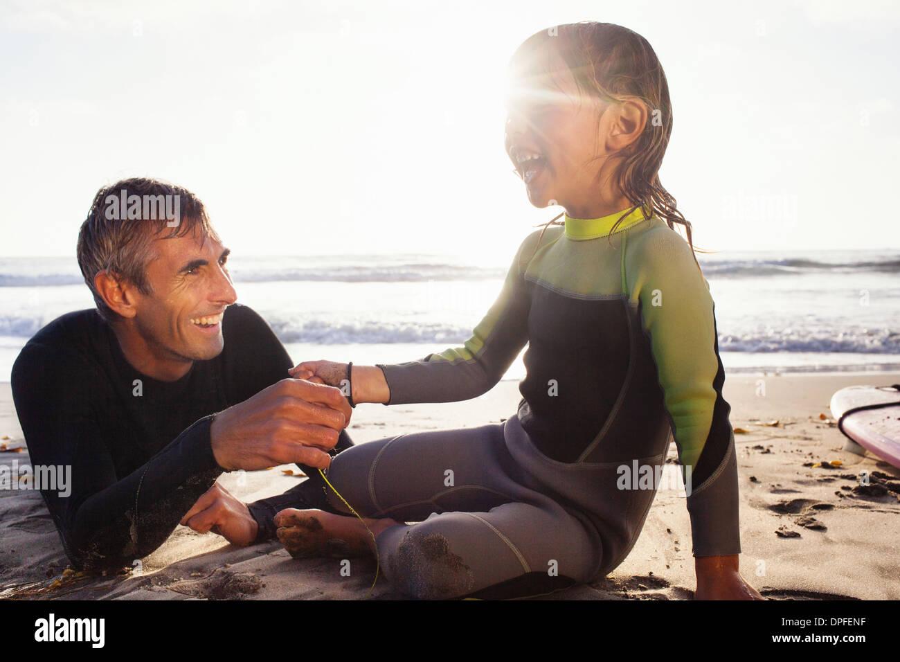 Padre e figlia tenendo le mani sulla spiaggia, Encinitas, CALIFORNIA, STATI UNITI D'AMERICA Immagini Stock