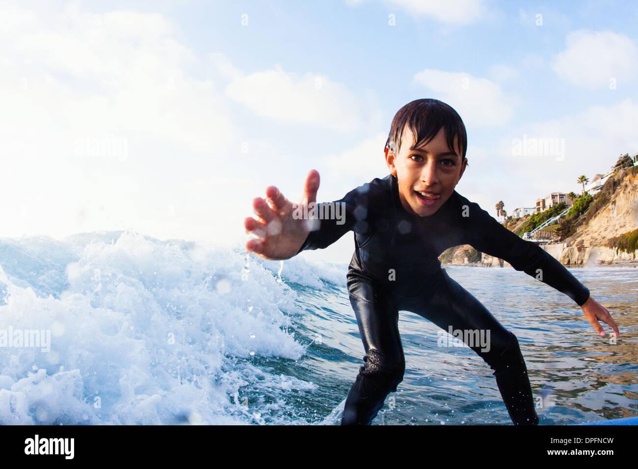 Ragazzo giovane surf, Encinitas, CALIFORNIA, STATI UNITI D'AMERICA Immagini Stock