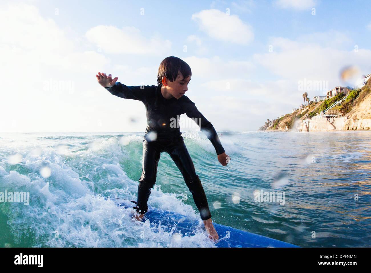 Giovane ragazzo onda Surf, Encinitas, CALIFORNIA, STATI UNITI D'AMERICA Immagini Stock