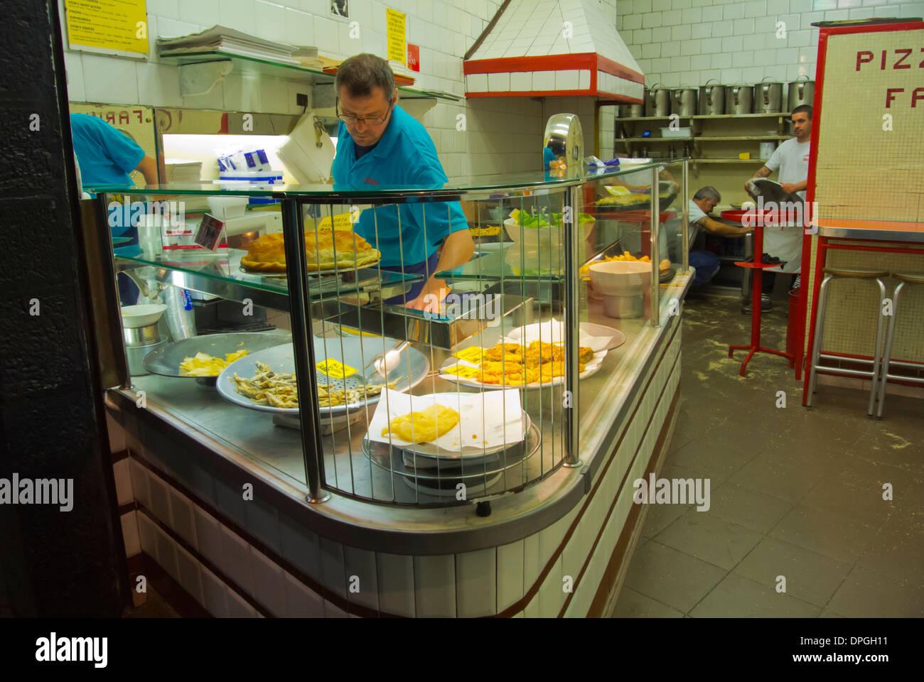 Prendere via cibo negozio di vendita di cucina locale e produrre Piazza Caricamento square centro storico del centro storico di Genova, Italia Immagini Stock
