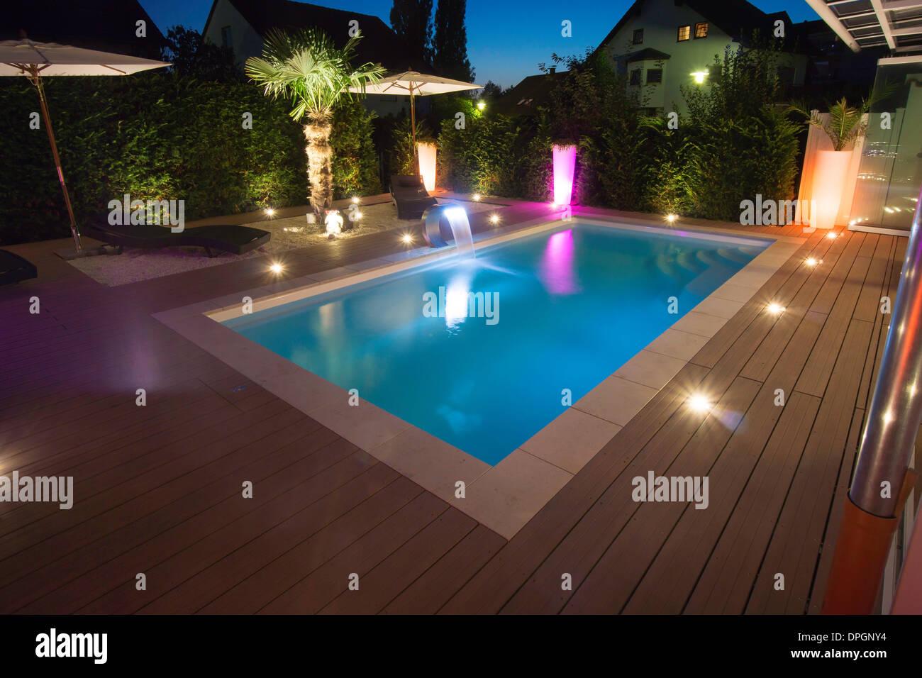 Giardino privato con piscina e terrazza e palm con illuminazione