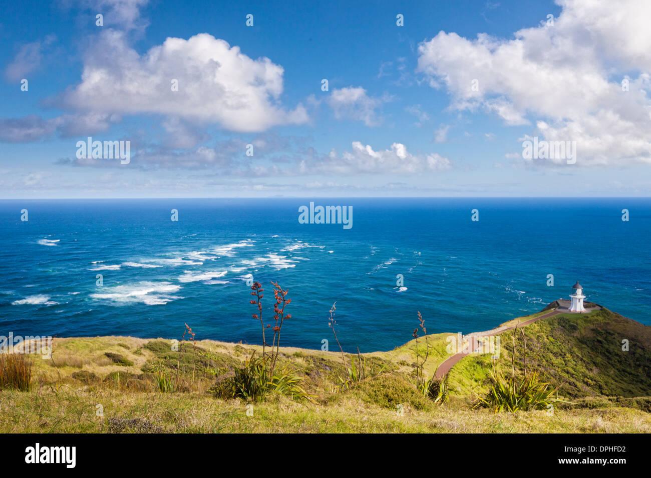 Il famoso faro di Cape Reinga, Northland e Nuova Zelanda. La zona di acqua grezza è... Immagini Stock