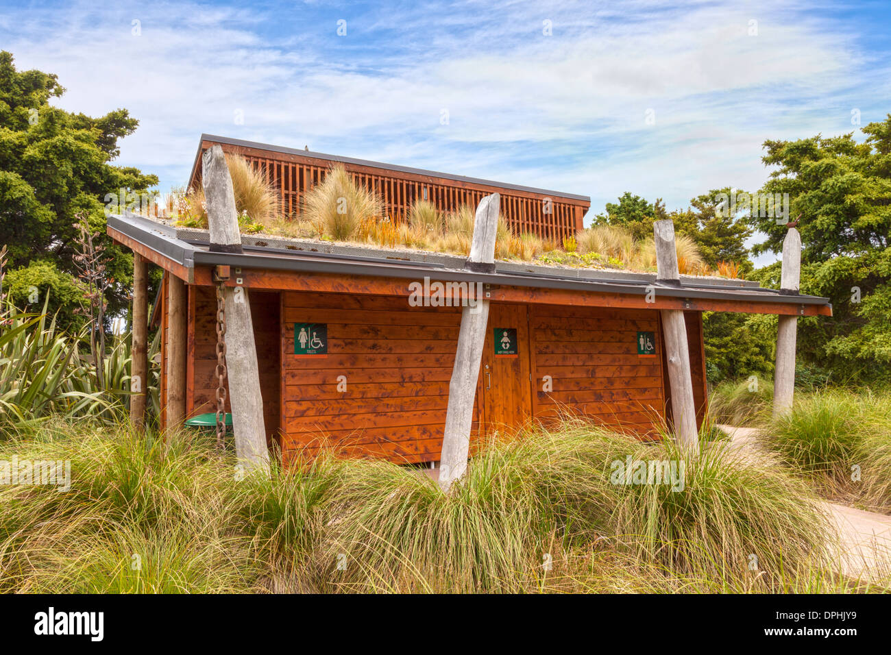 Blocco servizi igienici con tetto vivente, Auckland Botanic Gardens. Il tetto vivente assorbe acqua piovana, qualsiasi... Immagini Stock