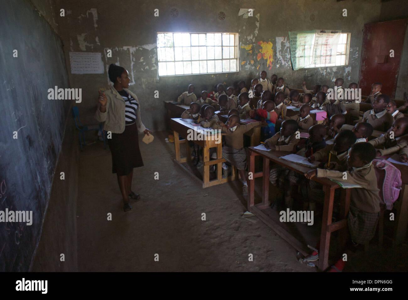 Età primaria insegnante tenendo una classe a Rubiri scuola primaria, a Naivasha, Kenya Immagini Stock