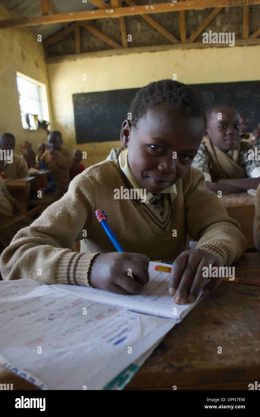 Età primaria ragazza iscritto nella classe a Rubiri scuola primaria, a Naivasha, Kenya Immagini Stock