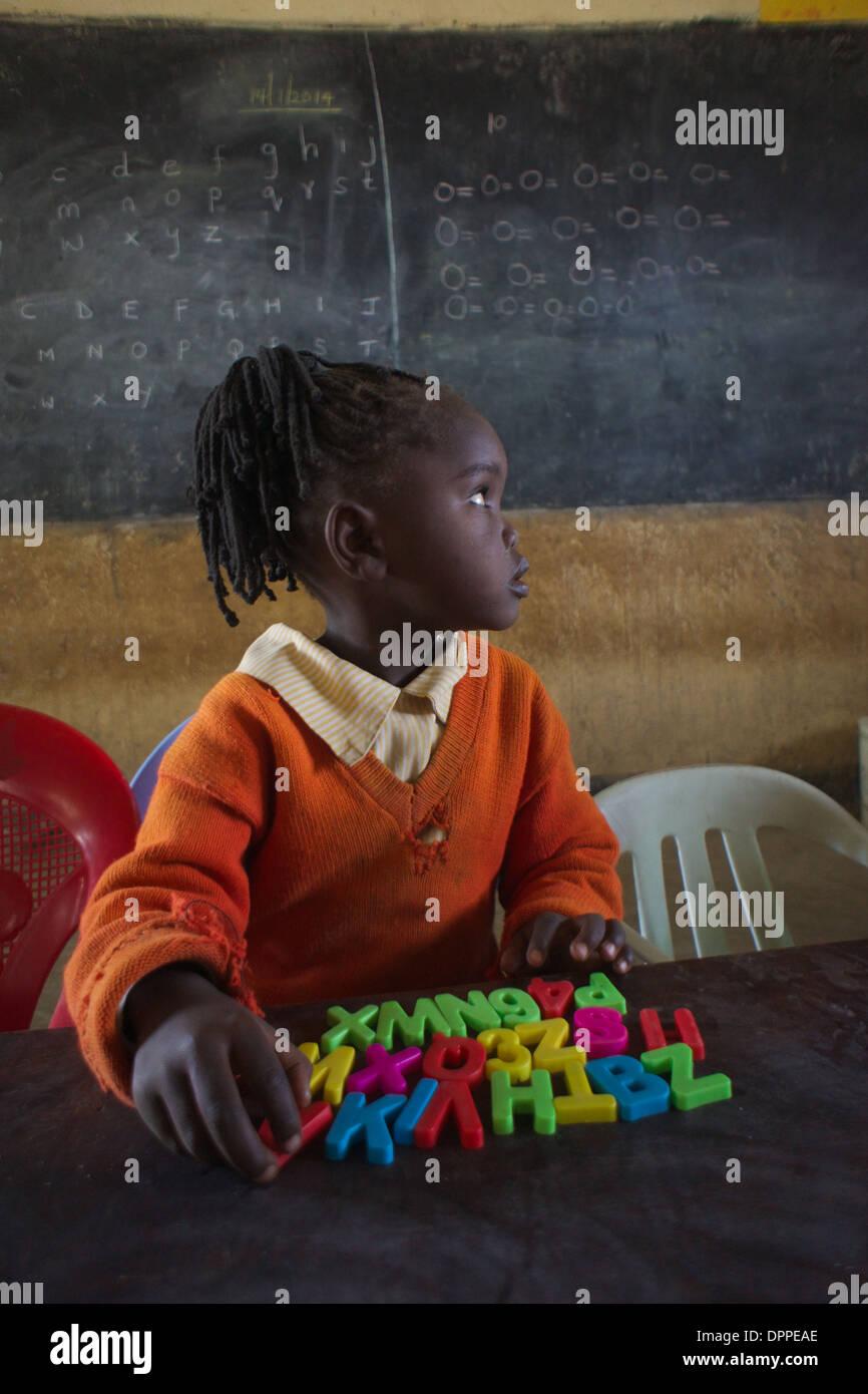 Età primaria bambino l apprendimento degli studenti l'alfabeto a Rubiri scuola primaria, a Naivasha, Kenya Immagini Stock